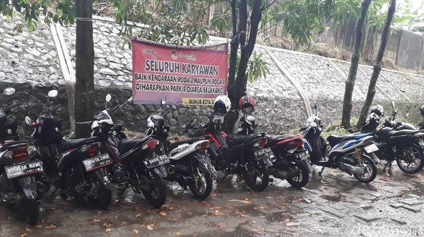 Parkiran motor pria dan wanita dipisah