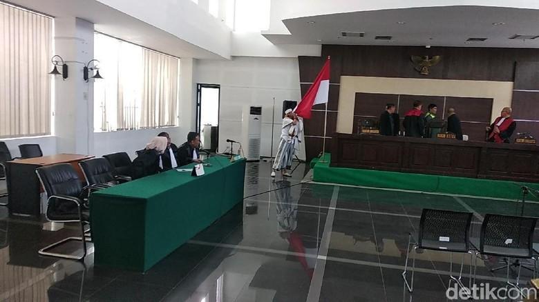 Divonis 3 Tahun Bui, Habib Bahar Cium Bendera Merah-Putih