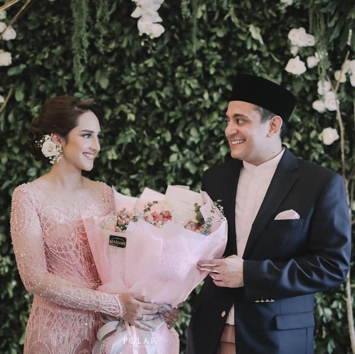 Pertunangan Aji dan Tsamara menarik perhatian karena seserahan unik. Aji diketahui memberi Tsamara buku risalah sidang BPUPKI. Foto: Instagram ifalatas
