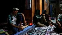 Ramli (kiri) sedang bersedih karena kekasihnya bunuh diri.