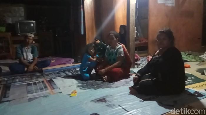 Suasana duka di rumah Ramli yang ditinggal kekasihnya meninggal dunia karena minum racun. (Zulkipli Natsir/detikcom)