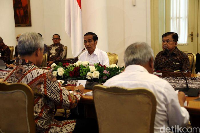 Jokowi turut didampingi Wapres Jusuf Kalla dalam ratas di Ruang Garuda, Istana Kepresidenan, Bogor, Jawa Barat, Selasa (9/7) tersebut.