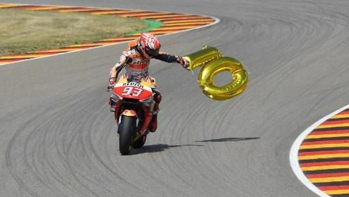 Pebalap Repsol Honda, Marc Marquez, merayakan kemenangan di MotoGP Jerman. (Foto: Tobias Schwarz/AFP)