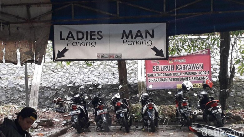 Parkir motor RSUD Depok yang dipisah antara pria dan wanita Foto: Rosmha/detikcom