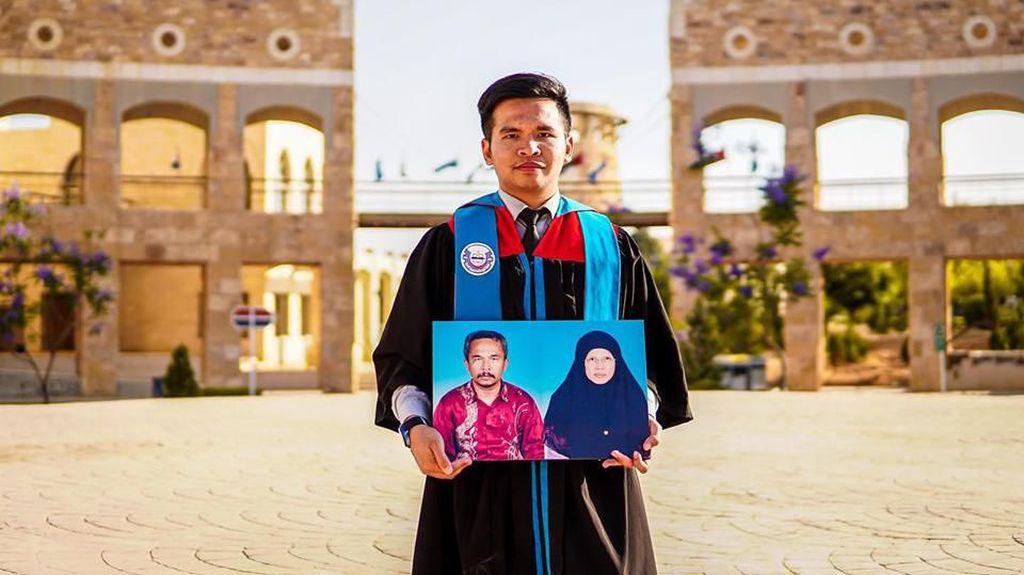 Kisah Haru Pria Bawa Foto Kedua Orangtua saat Wisuda, Bikin Nangis