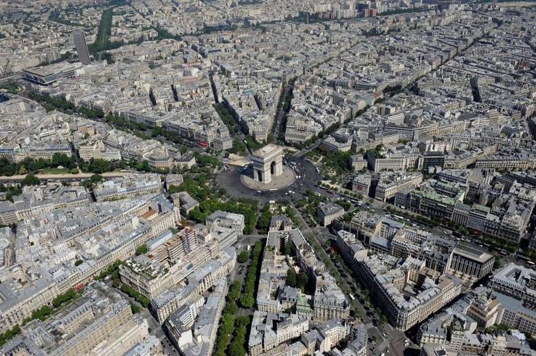 Pemandangan salah satu bangunan ikonik dan bersejarah di Kota Paris, Prancis. Bangunan itu adalah Arc de Triomphe. Bangunan ini dibangun pada tahun 1806 dan berada di tengah distrik keuangan La Defense di barat dan Museum Louvre di timur. Boris Horvat/ AFP/Getty Images