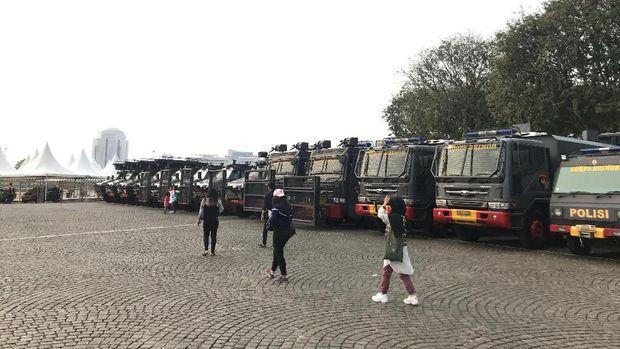 Kendaraan taktis Polri di Monas jelang upacara peringatan HUT ke-73 Bhayangkara