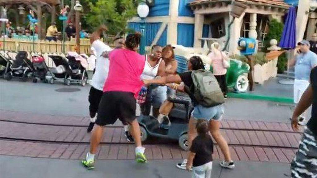 Jangan Ditiru, Dua Keluarga Berkelahi di Disneyland