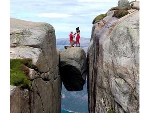 Viral, Pria Lamar Kekasihnya di Ketinggian 3 Ribu Kaki & di Antara Tebing