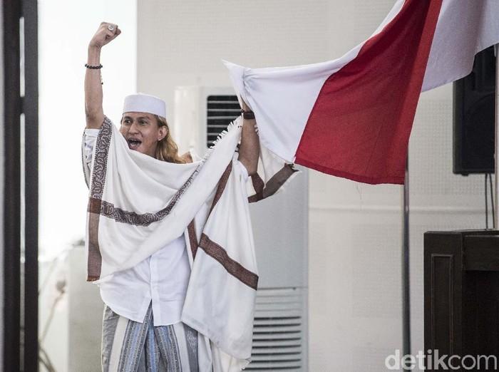 Terdakwa kasus dugaan penganiayaan terhadap remaja Bahar bin Smith memegang bendera merah putih seusai menjalani sidang putusan di gedung Arsip dan Perpustakaan, Bandung, Jawa Barat, Selasa (9/7/2019). Majelis hakim menjatuhi hukuman kepada Bahar bin Smith tiga tahun penjara, denda Rp50 juta dan subsider satu bulan kurungan. ANTARA FOTO/M Agung Rajasa/foc.