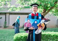 Amir Rusydi jadi viral setelah berbagi kisah haru saat dirinya hanya mampu membawa foto kedua orangtuanya di wisuda