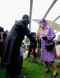 Sheikh Mohammed bersalaman dengan Ratu Elizabeth II di Royal Ascot 2013.