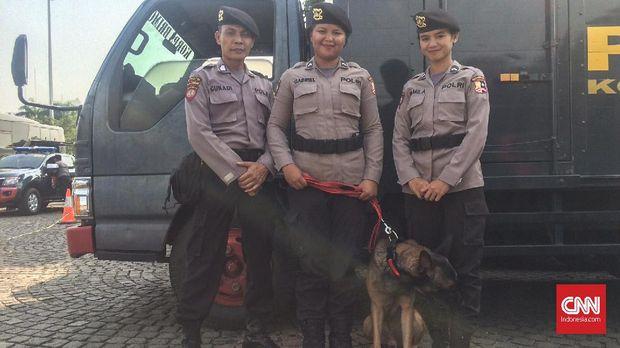 Bintara Pawang Unit Pelacak Kriminal Umum Gunadi (Kiri), Pawang K-9 Gabriel (tengah) dan M Mila (kanan).