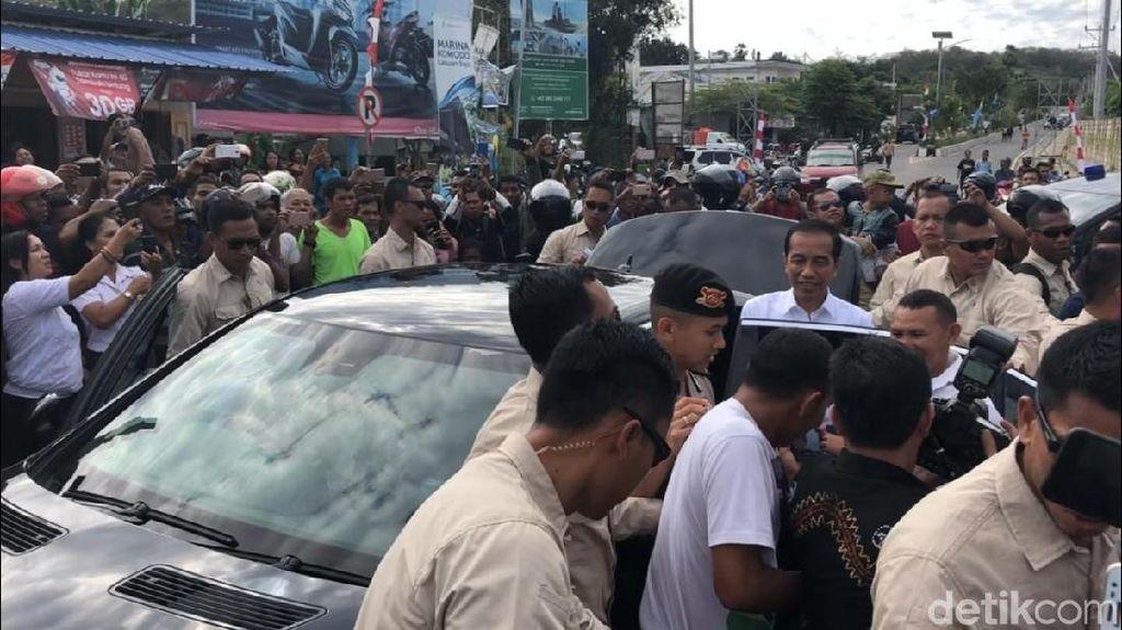 Sapa Warga di Labuan Bajo, Jokowi Bagi-bagi Kaus dan Buku