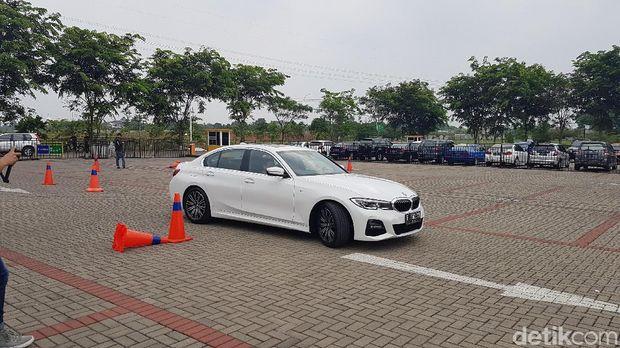 Mencoba fitur 'Reversing Assistant' BMW Seri 3