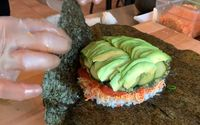 Pencinta Sushi, Mau Coba Sushi Goreng Jumbo Isi Kepiting dan Tuna?