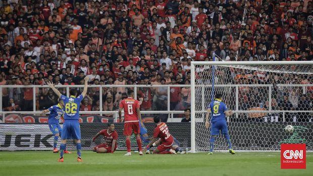 Persib Bandung curi gol di menit-menit akhir.