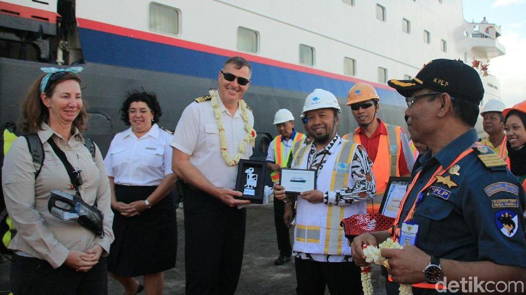 Kapal Pesiar MV Silver Discoverer Kembali Bersandar di Banyuwangi