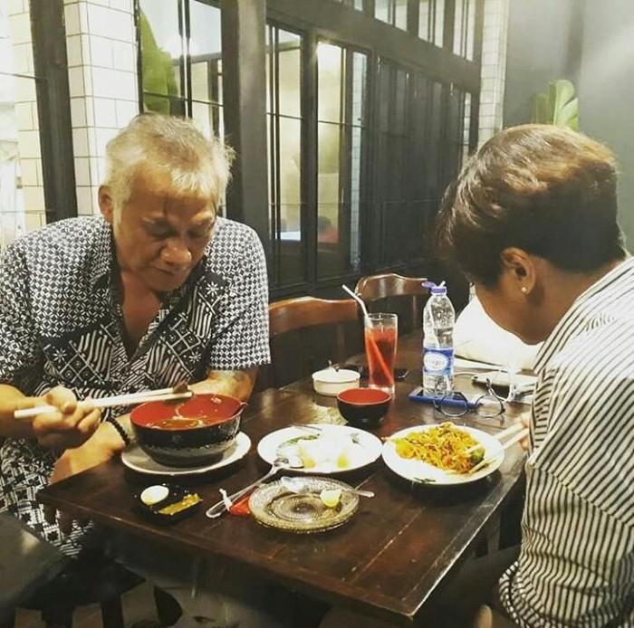 Tio begitu serius menikmati hidangan di depannya dengan sumpit ditangannya. Foto: Istimewa