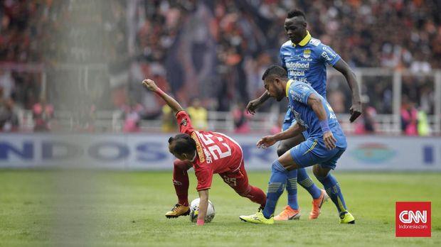 Ezechiel Ndouassel nyaris mencetak dua gol ke gawang Persija. (
