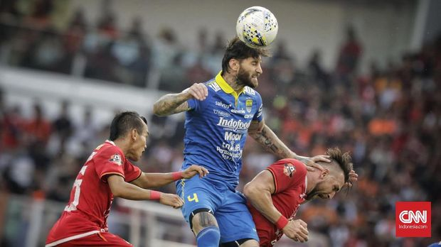 Bojan Malisic (tengah) penentu kemenangan Persib atas Persija di kandang pada musim lalu.