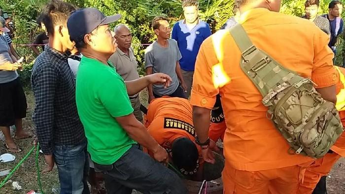 Proses evakuasi korban di dalam lubang paku bumi Tanjung Api-Api (Foto: dok. Basarnas)
