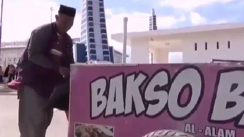 Haru! Tukang Bakso Bakar Naik Haji Setelah 25 Tahun Menabung