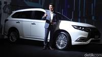 New Outlander PHEV merupakan produk global yang sudah diperkenalkan sejak 2013 dan sudah dipasarkan lebih dari 50 negara. Mobil ini hadir dengan teknologi plug-in hybrid dipadukan mesin bensin 2,4 liter.