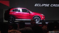 Eclipse Cross berkelir merah yang tampil perdana ini adalah mobil yang mendapatkan penghargaan Car of The Year di Jepang.
