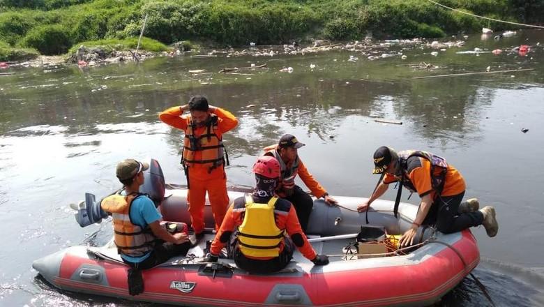 21 Jam Hilang Terbawa Arus, Bocah Hanyut di Kali Bekasi Belum Ditemukan