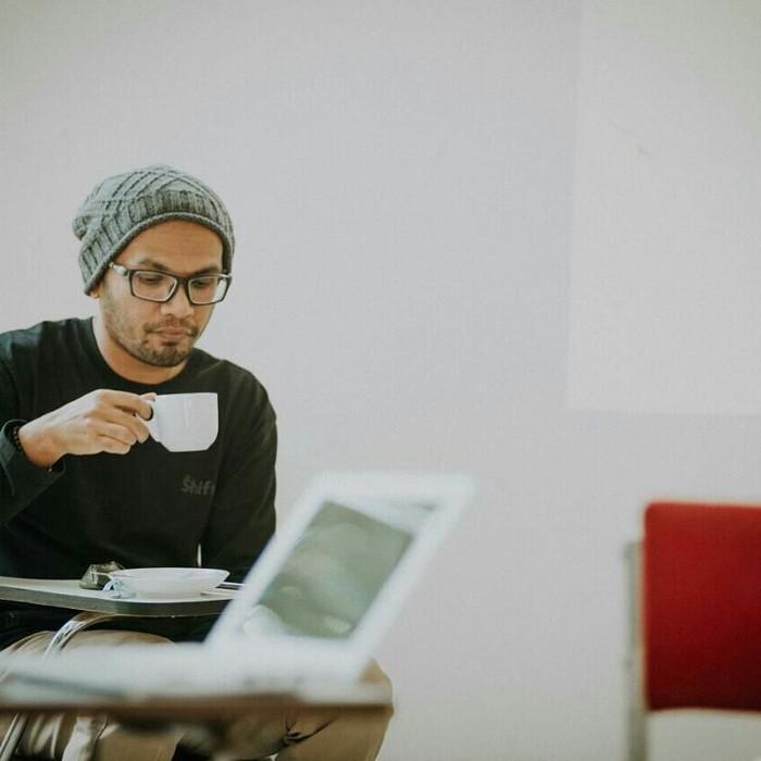 Lewat Instagram pribadinya, Ustaz Hanan enggan menjabarkan alasan dibatalkannya kajian tersebut. Meski begitu, pria berdarah Aceh itu kerap bagikan momen dirinya bersama kopi. Foto: Instagram hanan_attaki