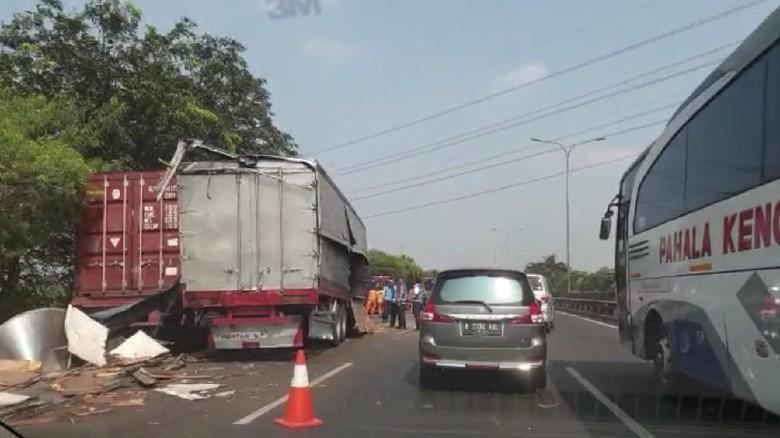 2 Truk Kecelakaan di Tol JORR Arah Pondok Indah, Lalin Macet 5 Km