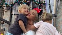 Tak melulu ke pantai, inilah momennya bersama anaknya di Disneyland. (tammyhembrow/Instagram)