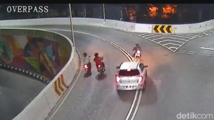 Tangkapan layar CCTV Dishub Surakarta kasus tabrak lari di jalan layang Mahan, korban meninggal.