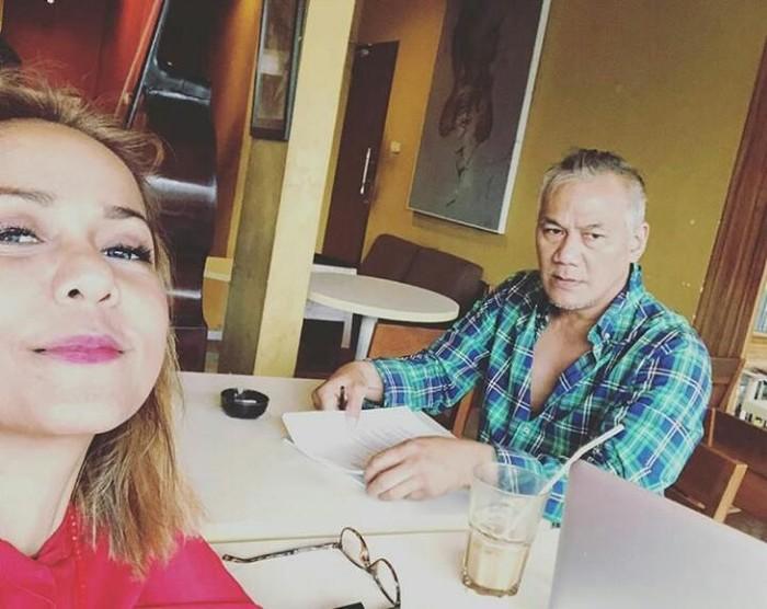 Di sebuah meja makan dengan segelas kOpi didepannya, Tio nampak serius. Bahkan wajahnya tidak menghadap ke arah kamera. Foto: Istimewa