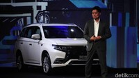 Presiden Direktur PT Mitsubishi Motors Krama Yudha Sales Indonesia (MMKSI) Naoya Nakamura memperkenalkan New Outlander PHEV di Jakarta, Selasa (9/7/2019).