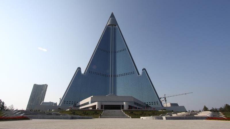 Dibangun sejak era Kim Il Sung, Hotel Ryugyong menjadi simbol dari ambisi besar penguasa Korut dari masa ke masa. Memiliki desain futuristik yang jauh lebih maju dari zamannya, hotel itu diketahui telah dibangun dari tahun 1987 silam (AFP)