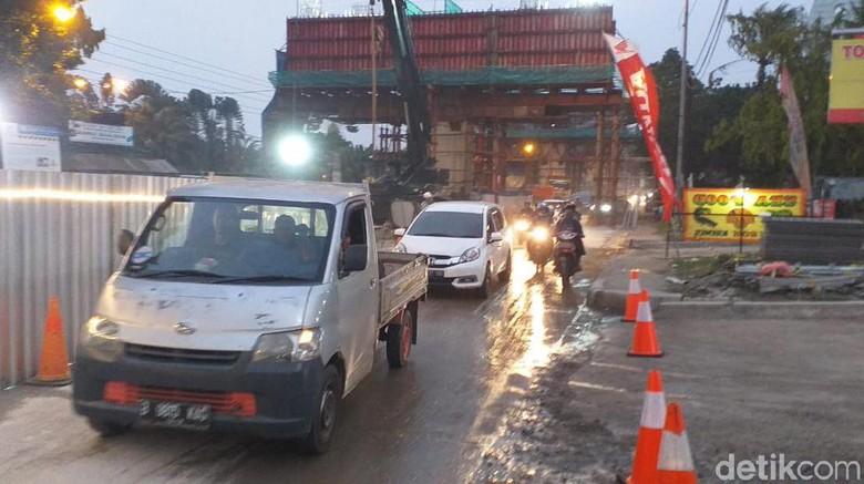 Tumpahan Coran Beton Proyek Tol BORR Dibersihkan, Lalin Kembali Normal