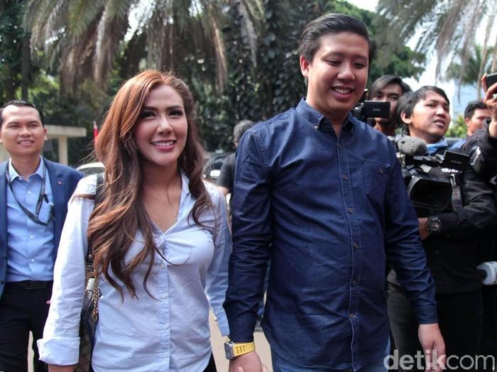 Polisi memeriksa YouTuber Pablo Benua dan Rey Utami terkait vlog ikan asin. Keduanya pun nampak semringah saat ditemui awak media.