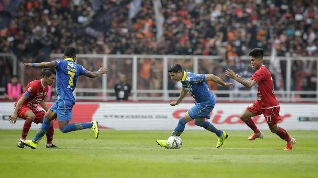 Yogi Rahadian (kanan) tampil lumayan di laga Persija vs Persib.