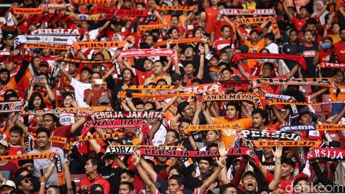 Persija Jakarta dan Persib Bandung bertanding di laga pekan kedelapan Liga 1 2019. Pertandingan yang dihelat di SUGBK itu dipadati The Jakmania.