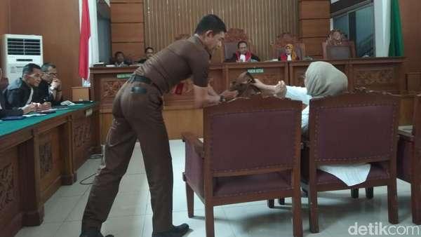 Sidang Vonis, Ratna Sarumpaet Simak Hakim dengan Pegang Tasbih