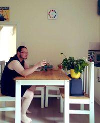 Kocak! Pria Ini Ajak Tanaman Makan Burger hingga Minum Wine Bersama