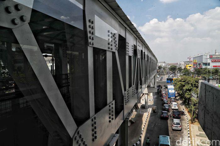 Skybridge yang menghubungkan halte Transjakarta Pemuda Rawamangun dan Stasiun LRT Velodrome ditargetkan beroperasi pada bulan ini.