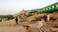 Detik-detik Tabrakan Maut Dua Kereta di Pakistan