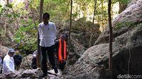 Jokowi memasuki Gua Batu Cermin (Abdul haris/detikcom)