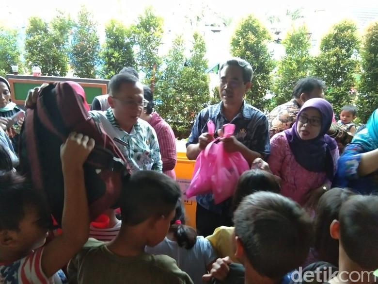 200 Anak Pengungsi Kebakaran Tebet Dapat Bantuan Peralatan Sekolah