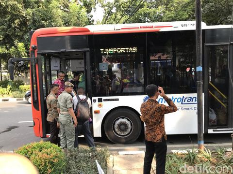 Para pencari suaka dibawa ke Kalideres menggunakan bus