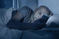 Sering Main Ponsel di Malam Hari? Bisa Sebabkan Ngidam Makanan Manis