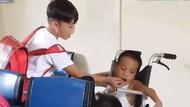 Menghangatkan Hati! Video Viral saat Anak-anak Suapi Temannya yang Sakit